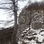 Vorbei an der spektakulären Felswand der Bräumauer