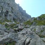Von steilen Felswänden gesäumter Wegverlauf