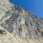 Über uns die steilen Felswände des Kleinen Lagazuoi