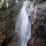 Am Rückweg passieren wir noch einen wunderschönen Wasserfall neben der Mautstraße
