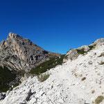 Der Beginn unseres Weges führt uns über ein Geröllfeld, dahinter ist der Sas di Stria zu sehen