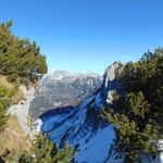 Eindrucksvolle Felsformationen mit dem dahinter liegenden Toten Gebirge (Schönberggruppe)