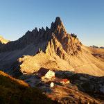 Paternkofel und Drei Zinnen Hütte bei Sonnenuntergang