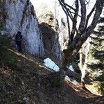 Unter den Felsen des Asteins vorbei