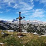 Gipfelkreuz mit Dachsteinblick