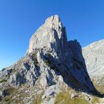 Über uns türmt sich der Gipfel des Sas di Stria auf