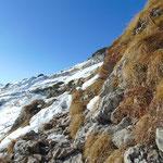 Fels und Schnee wechseln einander am Weg ab