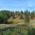 Die wunderschönen Herbstfarben tauchen die Hänge schon in warme Rottöne