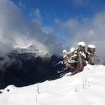 Gegenüber taucht die markante Felswand der Bleckwand aus dem Nebel auf