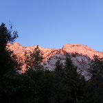 Der Traunstein ist wunderschön von der untergehenden Sonne angestrahlt