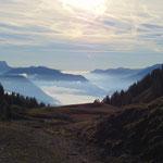 Im Tal hängt noch der Nebel - wie schön, weit heroben gehen wir in der Sonne :)
