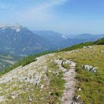 Diesem klar erkennbaren Weg folgen wir vom Gipfel abwärts