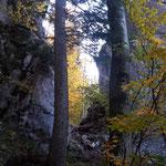 Zwischen diesen beiden Felsen verläuft der Weg spektakulär hindurch