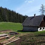 Vorbei an der Satteldhald Jagdhütte zwischen Schabenreithnerstein und Herrentisch - hier beginnt die lange Forststraße