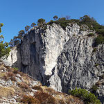 Vorbei an dieser eindrucksvollen Felswand