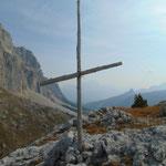 Am Ende der Tour passieren wir noch ein weiteres keines Kreuz am Wegrand, vermutlich handelt es sich auch hierbei um ein Gedenkkreuz