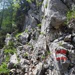Ein schmales Felsband mit Seilversicherung