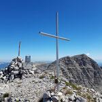 Und dessen kleines Gipfelkreuz - im Hintergrund das Warscheneck