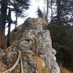 Eine der Schlüsselstellen am Grat - dieser Felsen ist (ohne Seilversicherung) zu überkraxeln