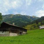 Verfallener Bauernhof mit Kapelle am Wegrand
