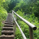 Stufen führen entlang des Baches bergauf
