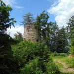 Vorbei an der Ruine eines Turmes