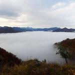 Ein idyllischer Aussichtspunkt mit Bankerl bietet diesen tollen Blick über die umliegenden Berge und den Nebel