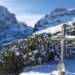 Gipfelkreuz des Blosskogels - dahinter Spitzmauer, Klinser Scharte und Großer Priel
