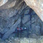 Rechterhand passieren wir eine kleine Felsenkirche in einer Höhle