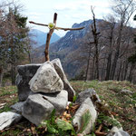 Gipfel des Rauen Kaiblings (mit einem Kreuz, das Wanderer wahrscheinlich selbst gebastelt haben)