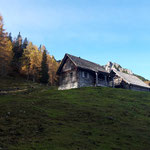 Die idyllische Almhütte Laglalm ist erreicht, dahinter ragt der Mannsberg auf