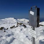 Das Gipfelbuch steht etwas abseits - dahinter der Grünalmkogel