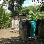 Douche actuelle des enfants avec en arrière plan les wc