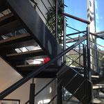 カフェ、コミュニティスペースにつながる階段