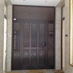この入口から上の階へ。エレベータはないのでベビーカーは下に置いておけます。