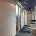 全てのクラスルーム、廊下に日の光が差し込み明るい雰囲気