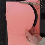 Lege eine Teller auf eine farbige Pappe
