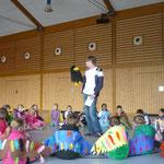 Abraxas erzählt den Kindern etwas über die Vogelwelt im Frühling