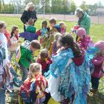 Fleißig tragen die Kinder des Kindergartens und der Grundschule Äste herbei