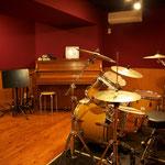 アップライトピアノやドラムセットが常設のBooth