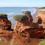 Falaises de sables oxydés par la présence de fer et dissolution progressive par la mer