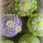 cupcakes al cioccolato fondente decorati con crema al burro e fiori in fondant di zucchero