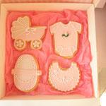 Biscotti di frolla all'arancia decorati con pasta di zucchero, ghiaccia reale e confettini