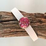 Weißes Armband mit Blütenschieber pink