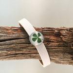 Weißes Armband mit Glücksklee