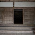 日吉会館入り口(屏風絵あり)