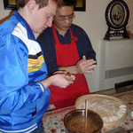 Kaspar und Herr Wang füllen Jiaozi.
