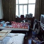 Mein Zimmer im Hotel. Das Bett am Fenster ist meins, das Chaos auch...