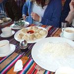 Weitere Speisen: Yak-Momos, Reis- nicht auf dem Bild: Curry-Gerichte