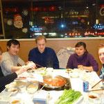 Die lustigen Feuertopf- Esser (v.l.n.r.): zwei Freunde von Michael und Kaspar, Michael (der Mitbewohner von Kaspar), Qing (die unsere Flugbillete kauft) und Kaspar